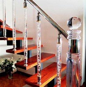 Лестница, созданная с использованием прозрачных труб