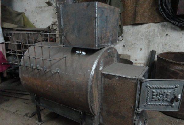 Металлическая банная печь с горизонтальной трубой.