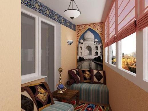 Миниатюрная кальянная комната, размещенная на балконе.