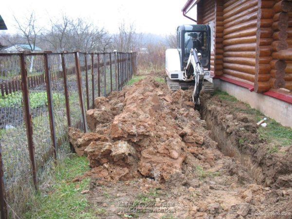 Монтаж канализации возле дома