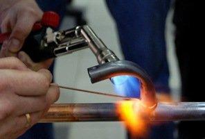 Монтаж водопровода из стальных труб требует специального оборудования и навыков.