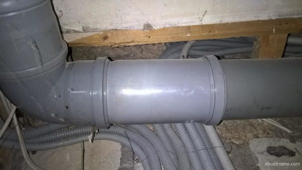 На фото - компенсирующий патрубок в канализационной лежневке моего дома.