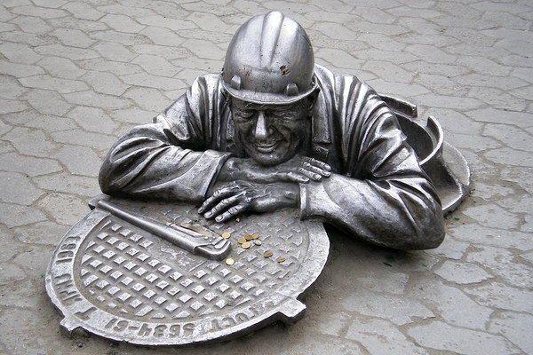 На фото - памятник, увековечивший нелегкие отношения сантехника с канализацией.