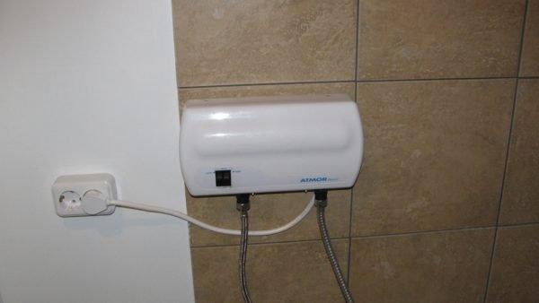 На фото - проточный водонагреватель Atmor Basic. Он включает нагрев лишь при давлении 0,3 кгс/см2 и выше.