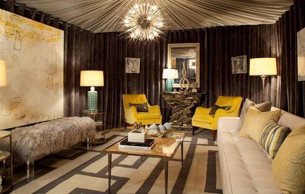 На фото - сочетание текстиля шоколадного цвета и яркой желтой обивки мебели