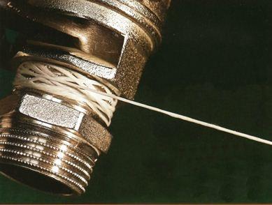 На фото - уплотнение трубного фитинга полимерной нитью.