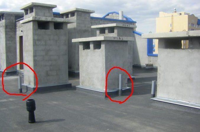 На фото - выводы стояков на крыше многоквартирного дома.