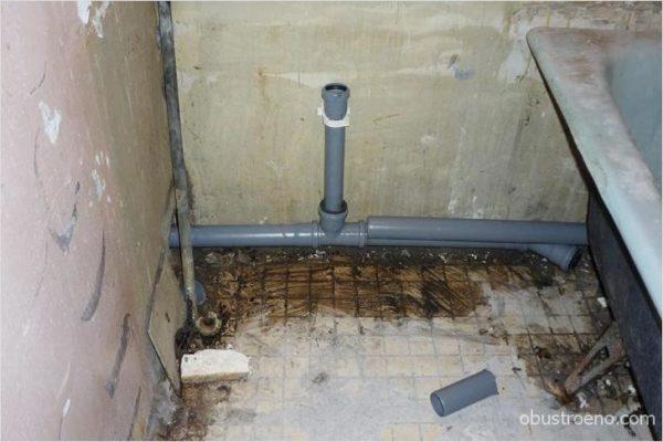 На фото - заведомо неправильная установка канализационных труб – они почти не имеют уклона.