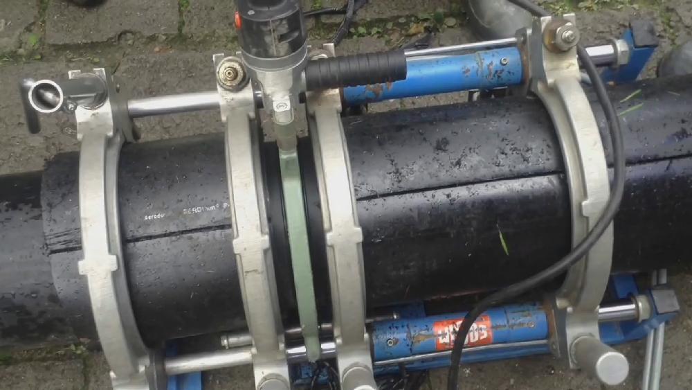 На фото видно, как полиэтилен плавится на стыке с нагревательным элементом