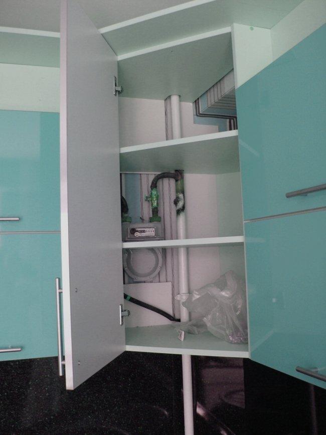 Холодильник в углу кухни фото мужская художественная