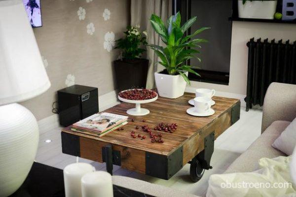 Немного брутальный журнальный столик среди вишневого цвета и орхидей