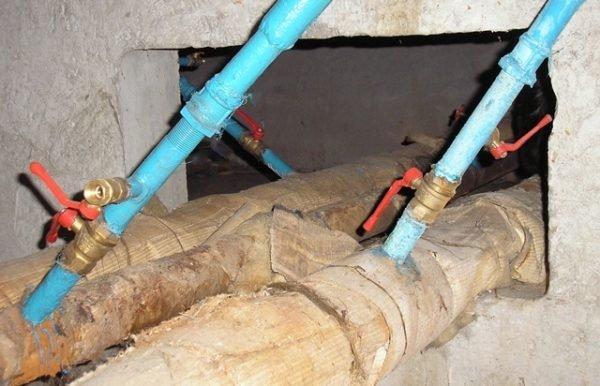 Нижний розлив: подача и обратка отопления находятся в подвале, стояки соединяются попарно перемычками на верхнем этаже.