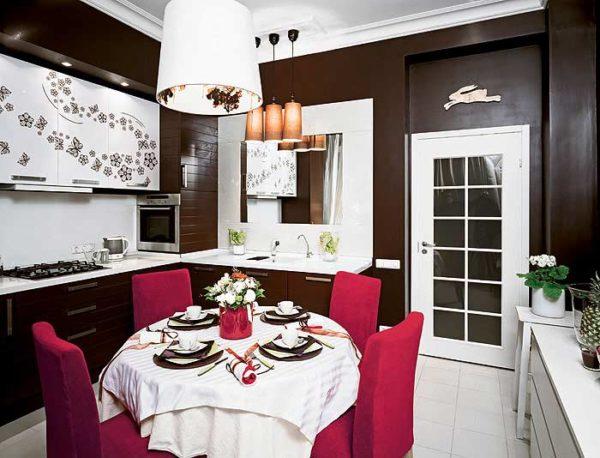 Обои шоколадного цвета в интерьере отлично сочетаются с белой мебелью и яркими акцентами ягодных цветов