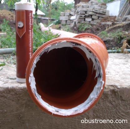 Обработанная герметиком канализационная труба перед стыковкой