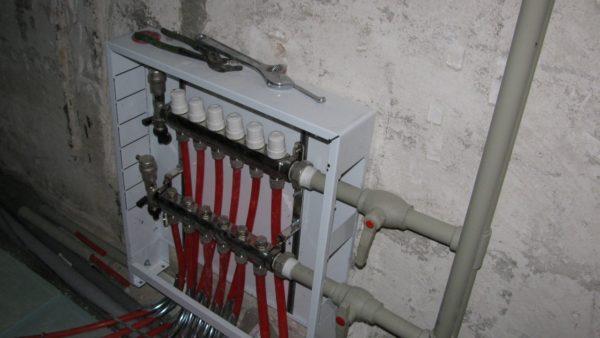 Обвязка теплового насоса и теплоаккумулятора на фото выполнена полипропиленом.