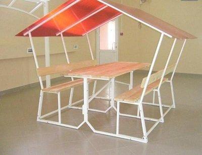 Открытая беседка со встроенной мебелью из труб с прямоугольным сечением