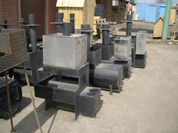 Печки из черного металла с водяным баком из нержавеющей стали.