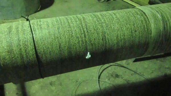 Пена пробивается в контрольные отверстия, значит можно вытягивать шланг
