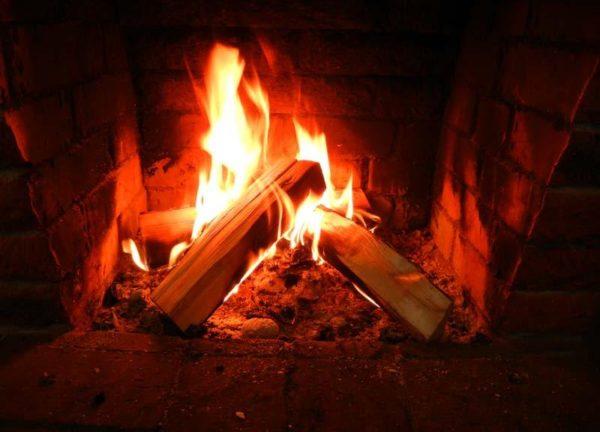 Пламя темного апельсинового цвета говорит о необходимости чистки дымовой трубы.