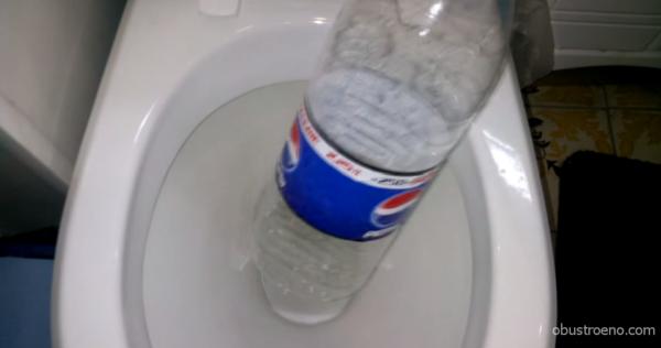 Пластиковая бутылка может заменить вантуз.