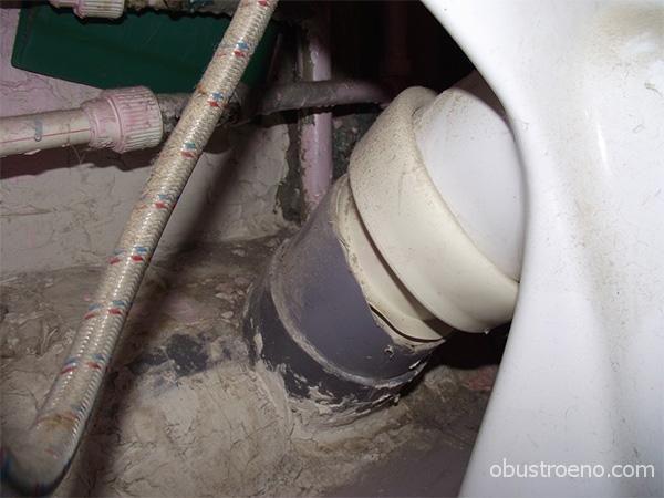 Подключение косого выпуска к пластиковой трубе без раструба.