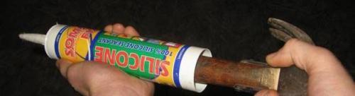 При отсутствии монтажного пистолета герметик из тубы можно выдавливать ручкой молотка.