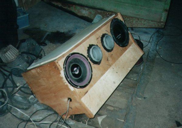 Применение трубам можно найти даже в аудиотехнике – на фото фазоинвертор из канализационной трубы