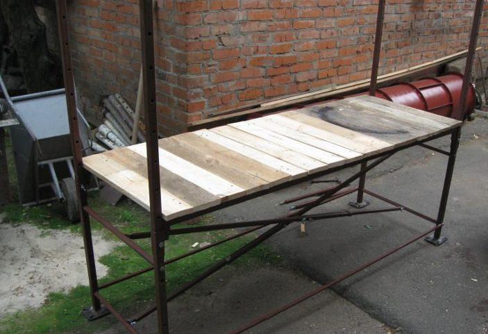 Пример строительных лесов, возводимых из стальных труб с квадратным сечением