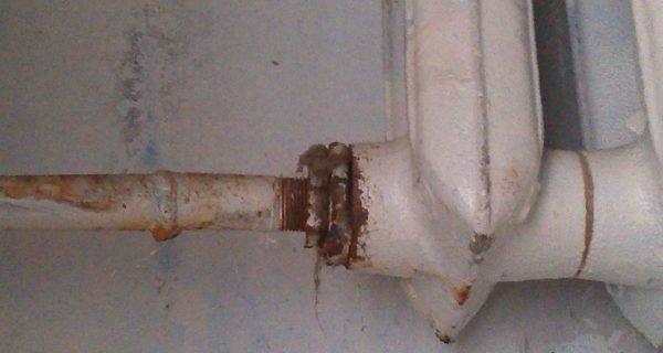 Пробка и контргайка последовательно вкручиваются в крайнюю секцию радиатора.