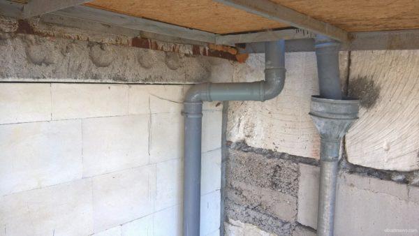 Прокладка канализации по фасаду здания. Место действия - Севастополь, Крым.