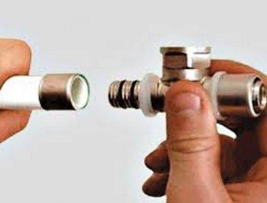 Проверьте, чтобы уплотнительные кольца на фитинге не были повреждены.