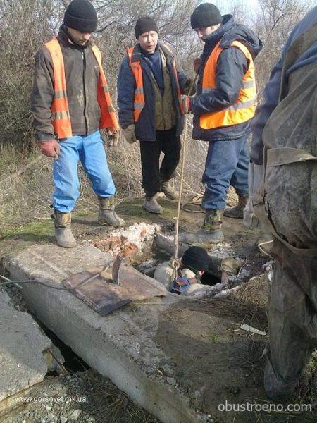 Ремонтные работы на месте повреждения канализационной магистрали