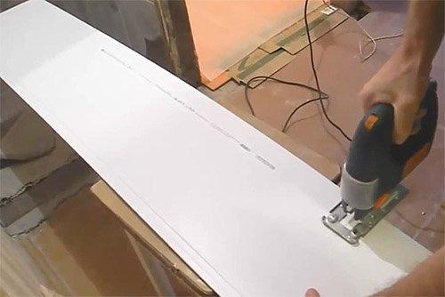 Резка пластиковой панели с помощью электрического лобзика