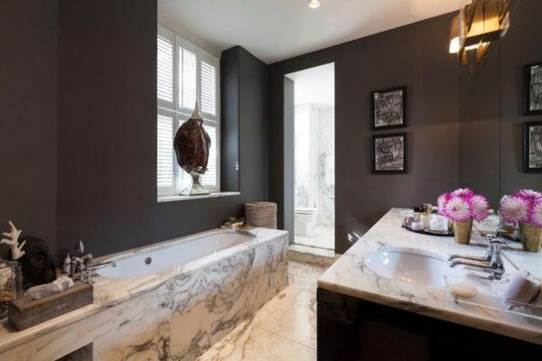 Сочетание графитового и шоколадного в отделке стен ванной
