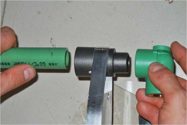 Соединение проводится с помощью паяльника со специальной насадкой нужного диаметра