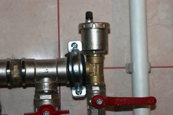 Современные системы отопления комплектуются автоматическими воздушниками. Для срабатывания клапана воздух должен быть вытеснен к нему потоком воды.