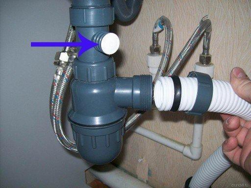 Стрелкой указан дополнительный отвод для стиральной машины автомата