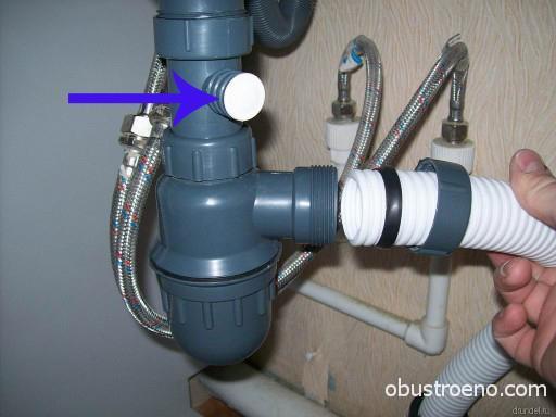 Стрелкой указан вход для слива от стиральной машины-автомата