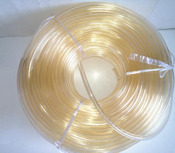 Свёрнутая в бухту пластиковая труба с высоким коэффициентом светопропускания