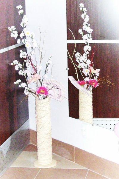 takoy-dekorativnyy-element-prekrasno-dopolnit-interer-gostinoy-i-400x600 Как сделать вазу из банки своими руками: 6 способов и 50 фото