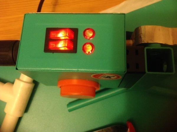 Терморегулятор и сигнальные лампочки помогут привести устройство в рабочее состояние.