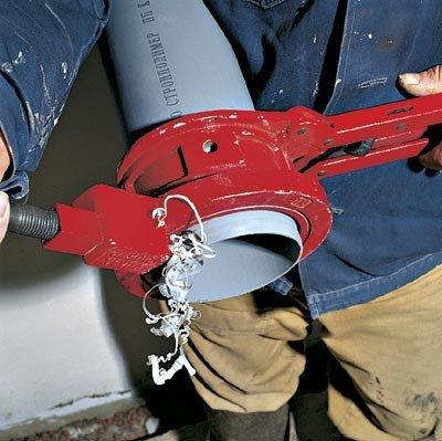 Труборез (на фото) не только выполняет срез, но и сразу снимает фаску.