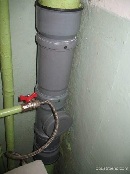 Участок чугунного стояка заменен пластиковой трубой.