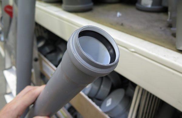 Уплотнение раструба обеспечивает резиновое кольцо.