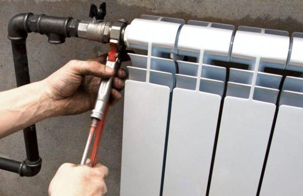 Установка биметаллического радиатора на резьбах.