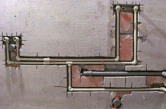 Водопровод и канализация спрятаны в штробах