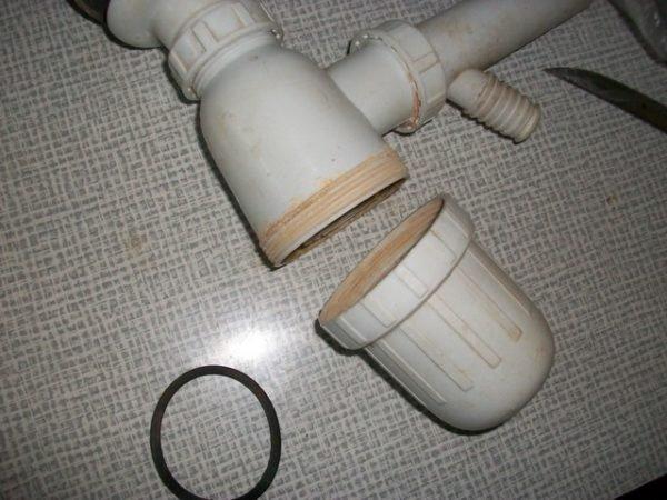 Вот так выполняется чистка сифона бутылочной конструкции