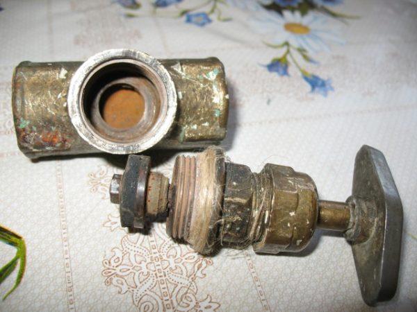 Вскрытый винтовой вентиль. Клапан держится на штоке подвижно и может оторваться при противотоке.