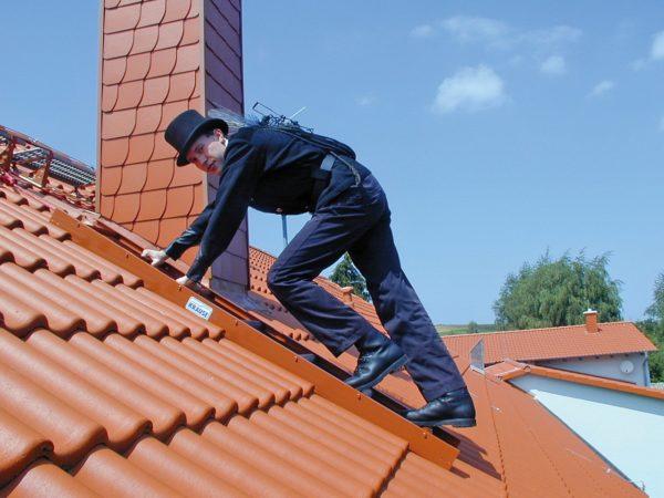 Забираясь на крышу, нужно позаботиться о собственной безопасности и использовать страховку.