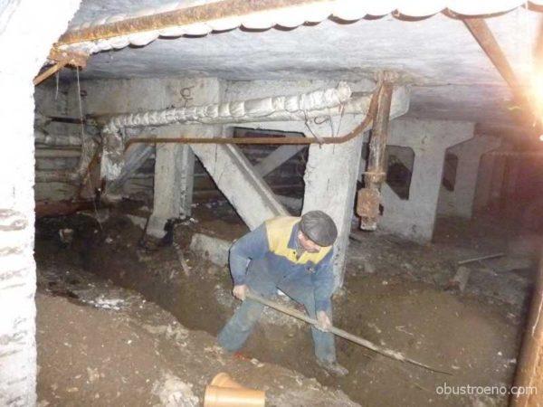 Замена выпуска на колодец связана с земляными работами в подвале и на улице.